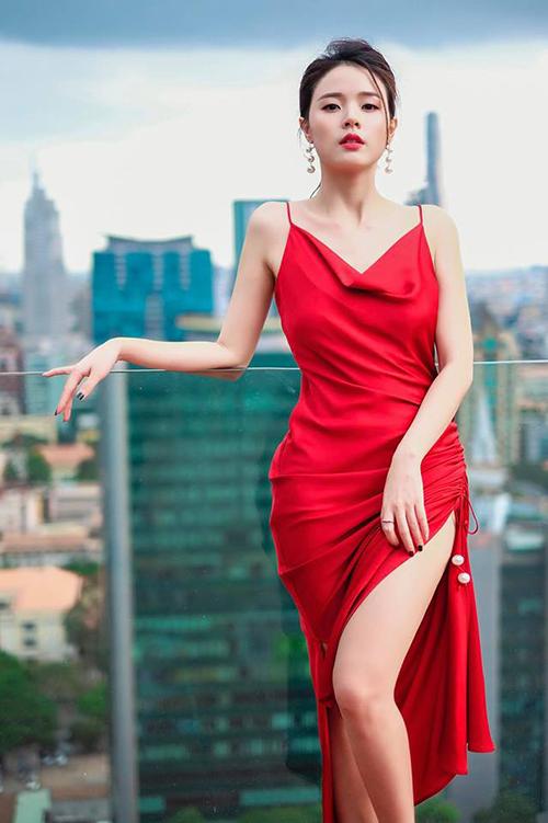Chiếm phần lớn trong tủ váy áo ngày hè của Midu là dáng váy hai dây cổ đổ - xu hướng đang gây sốt năm nay.