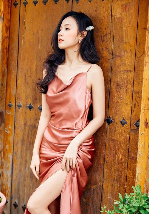 Người đẹp chứng minh sự chung thủy với thời trang khi cùng một dáng váy mặc đến 6 phiên bản màu sắc.