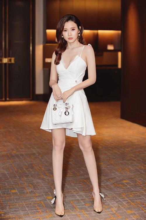 Người đẹp có khoảng 7 chiếc túi xách đến từ nhà mốt nước Pháp, với tổng giá trị hơn nửa tỷ đồng.