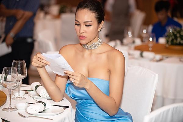 Cô chăm chú đọc kịch bản trước giờ diễn ra chương trình và luôn nở nụ cười rạng rỡ khi xuất hiện trên sân khấu. Với khả năng dẫn song ngữ, Phương Mai đang là một trong những MC đắt show nhất hiện nay của showbiz.