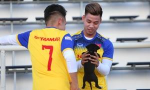 Tuyển Việt Nam vui đùa với cún trong buổi tập