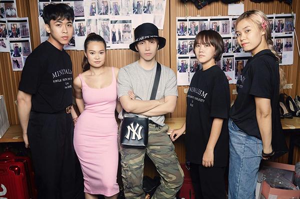 Stylist YEN (váy hồng) cùng cả team.