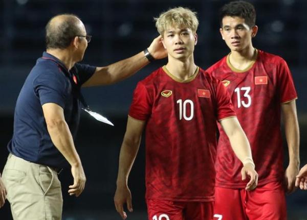 HLV Park Hang-seo an ủi học trò. Ảnh: Đức Đồng.
