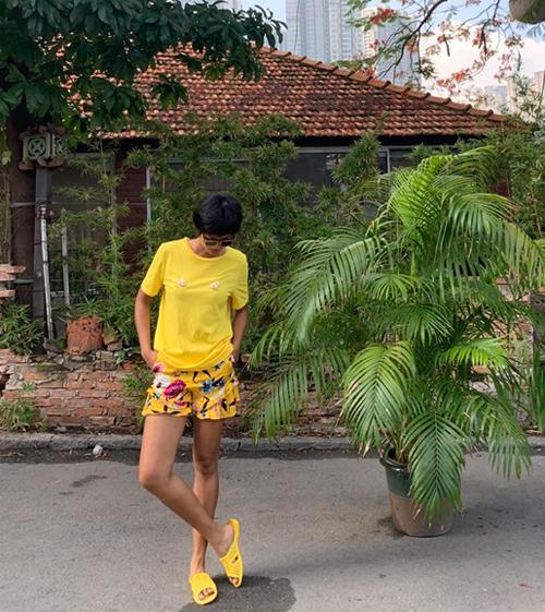 HHen Niê gây thích thú khi diện cả cây đồ vàng chóe, kết hợp dép tổ ong cũng màu vàng rất tông xuyệt tông.
