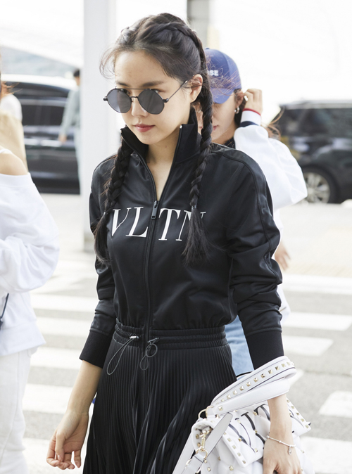 Son Naeun cũng áp dụng kiểu thắt bím tóc hai bên giống Jennie.