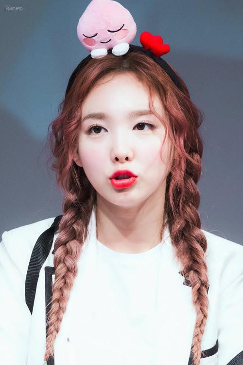 Nếu không quen tết tóc chặt như Jennie, Naeun, các nàng có thể tham khảo kiểu tết tóc lỏng tay