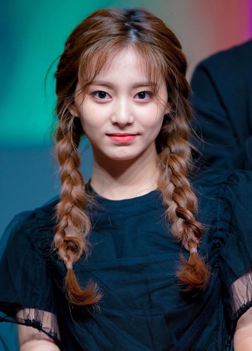 Tzuyu xinh xắn vạn người mê trong kiểu tết tóc nữ tính, nhẹ nhàng.