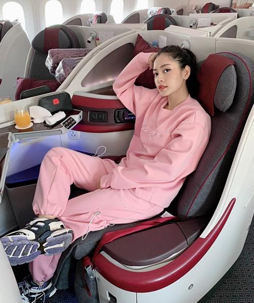 Chi Pu mặc cây đồ hồng trẻ trung bay sang Ba Lan công tác.