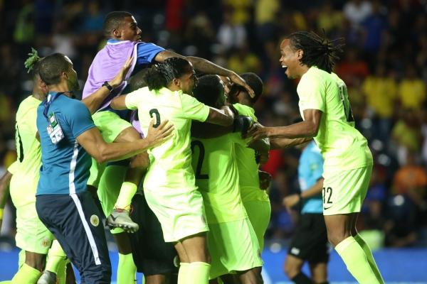 Cầu thủ Curacao ăn mừng chiến thắng.