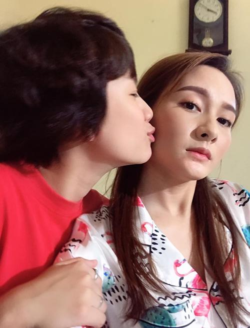 Bảo Hân chu môi đòi thơm Bảo Thanh, trong khi đó cô chị hai mặt lạnh như tiền.