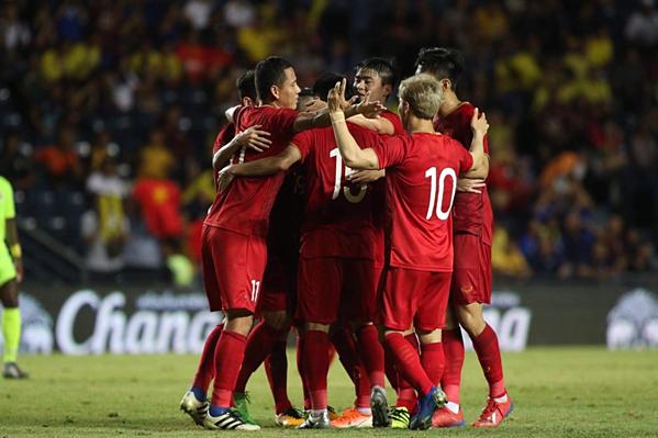 Cầu thủ Việt ôm nhau chia sẻ tại trận đối đầu Curacao, tối 8/6. Ảnh: Đức Đồng.