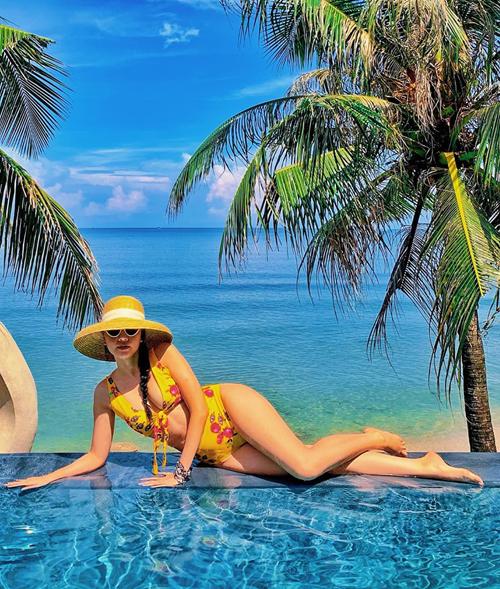 Băng Di diện bikini vàng rực tôn dáng gợi cảm dưới nắng.