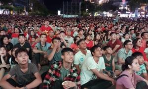 Phố đi bộ Sài Gòn, Hà Nội đặc kín người cổ vũ tuyển Việt Nam