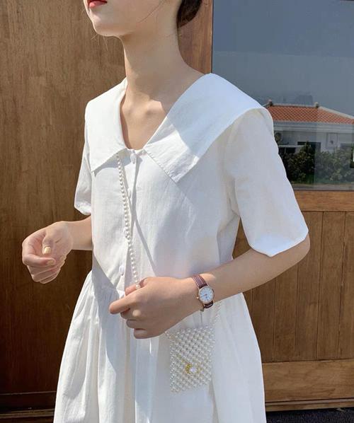 Mốt túi ngọc trai hot nhất hè này có kích cỡ nằm gọn trong lòng bàn tay, thiết kế quai chéo làm điểm nhấn cho bộ trang phục.