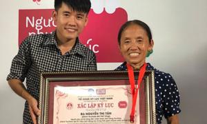 Bà Tân 'Vê Lốc' khóc khi được xác nhận Kỷ lục Việt Nam