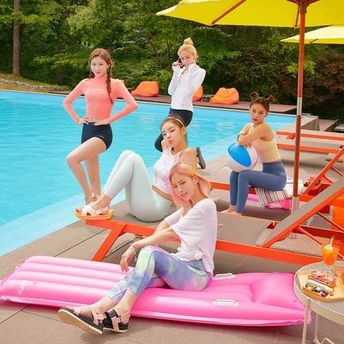 ITZY vừa được chọn làm người mẫu đại diện cho nhãn hàng thời trang Andar. Nhóm công bố những hình ảnh quảng cáo rực rỡ màu sắc, đậm chất mùa hè.