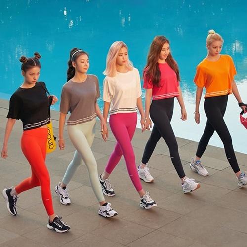 Thương hiệu Andar tạo ra xu hướng quần legging Shin Se Kyung đình đám. Tân binh nhà JYP quảng cáo cho dòng sản phẩm quần legging. 5 cô gái tự tin khoe đôi chân thon dài trong loạt ảnh quảng cáo.