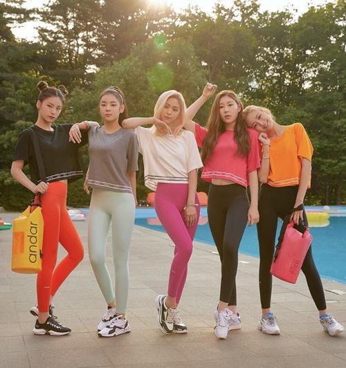 Cả 4 thành viên ITZY đều sở hữu hình thể chuẩn, cặp chân thon dài, bụng phẳng lỳ. Các cô gái nhà JYP nhận được nhiều lời khen ngợi về khí chất, ngoại hình dù mới debut vài tháng.