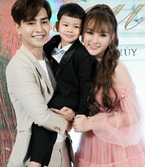 Con trai Thu Thủy thân thiết bên Kin Nguyễn.