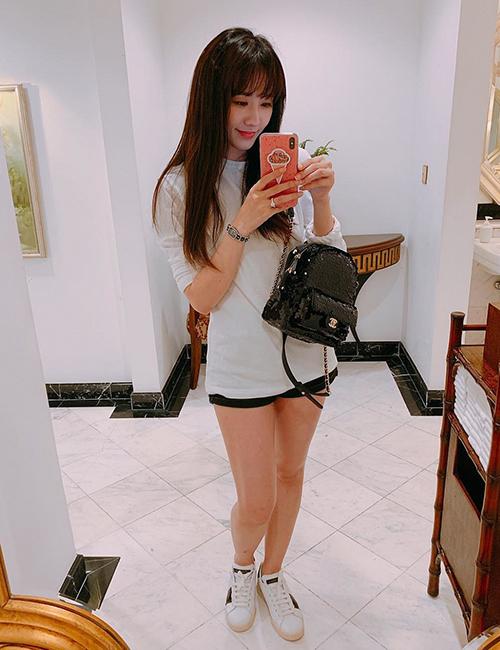 Hari Won thường mất điểm mỗi khi lên đồ điệu đà dự tiệc. Những chiếc túi xách hàng hiệu khi được cô kết hợp cùng trang phục năng động đời thường trông vừa mắt hơn hẳn.