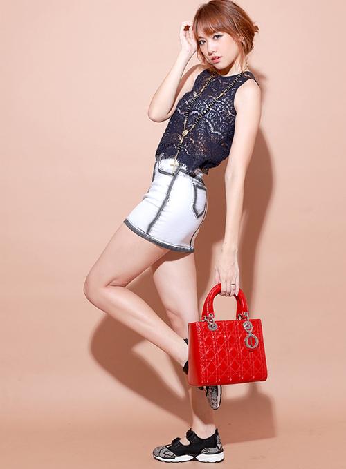 Chiếc Lady Dior màu đỏ size lớn trông lệch tông khi nữ ca sĩ diện cùng cây đồ sporty không liên quan.