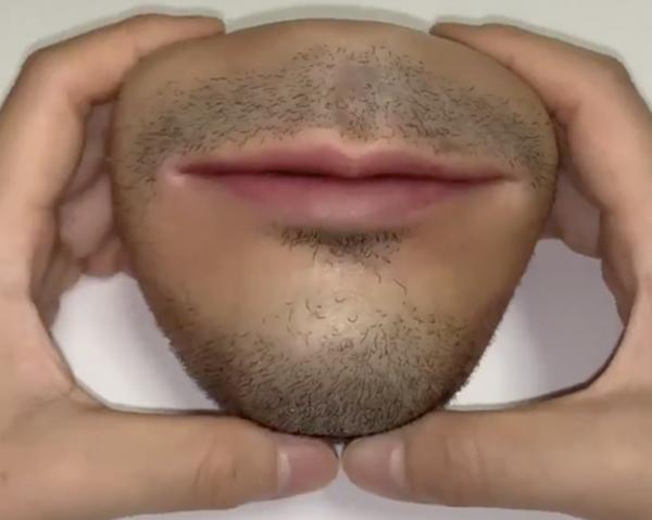 Chiếc ví kì dị có hình dạng giống hệt miệng người.