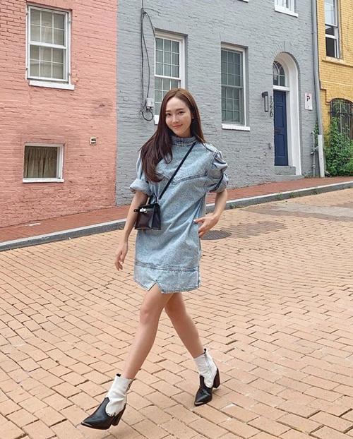 Jessica sải bước như trình diễn thời trang trên đường phố.