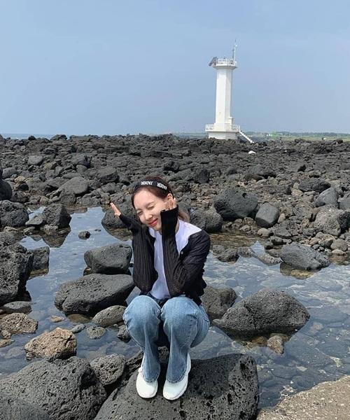 Na Yeon giản dị, đáng yêu trong chuyến du lịch đảo Jeju.