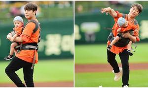 'Ông bố trẻ nhất' Kpop ném bóng gây nguy hiểm cho con