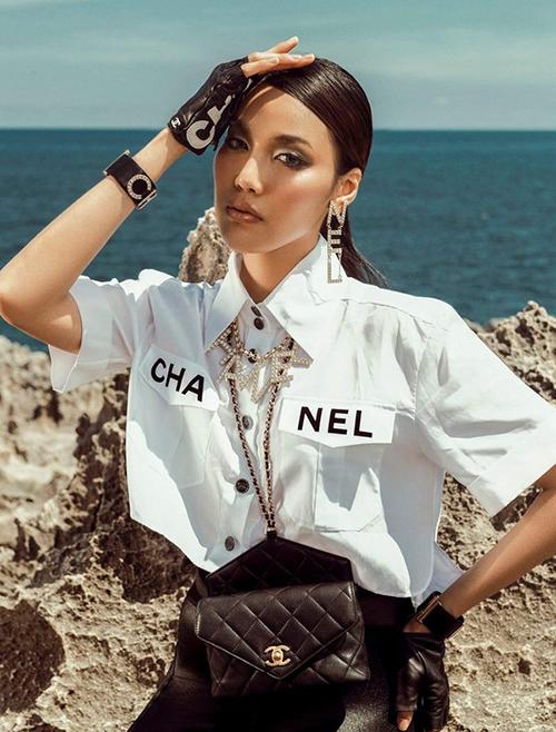 Khác với nhiều mỹ nhân, Lan Khuê chứng minh gu thời trang phá cách bằng cách biến dây lưng thành vòng đeo cổ, kết hợp cùng cả bộ đồ cá tính cùng thương hiệu.