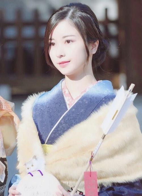 Sasaki Kotoko đứng thứ 2 với 3.302 phiếu bình chọn. Cô nàng cũng là thành viên của nhóm Nogizaka46. Tuy nhiên, nhiều netizen cho rằng nhan sắc của Kotoko thuộc kiểu dễ nhìn, mặt tròn đáng yêu chứ không quá nổi trội.