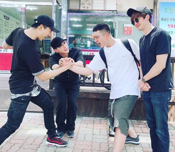 Ba thành viên 2PM là Nich Khun, Jun.K và Taec Yeon đến tiễn em út Chan Sung (áo trắng) nhập ngũ.
