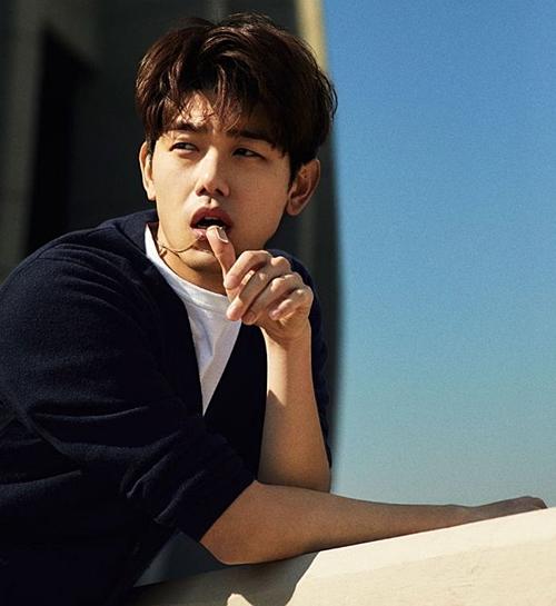 Eric Nam đứng vị trí thứ 6. Nam ca sĩ rấtđược lòng fangirl, nhiều lần vào top những hình mẫu bạn trai lý tưởng. Eric Nam nổi tiếng với hình tượng tự nhiên, thân thiện, không hề màu mè.