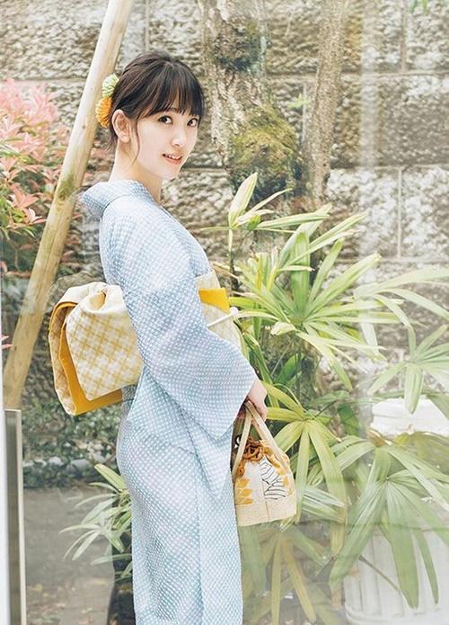 Hori Miona là gương mặt nổi tiếng của nhóm Nogizaka46. Nữ idol có khuôn mặt nhỏ nhắn, vóc dáng thanh mảnh cực hợp với những bộ kimono truyền thống. Ngoài vai trò ca sĩ, Minona còn là người mẫu ảnh tạp chí, diễn viên tiềm năng.