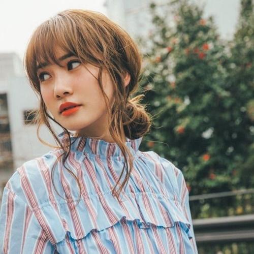 Thành viên Hinatazaka46 Kato Shiho có cặp môi vô cùng quyến rũ, hợp với style trang điểm Âu - Mỹ.