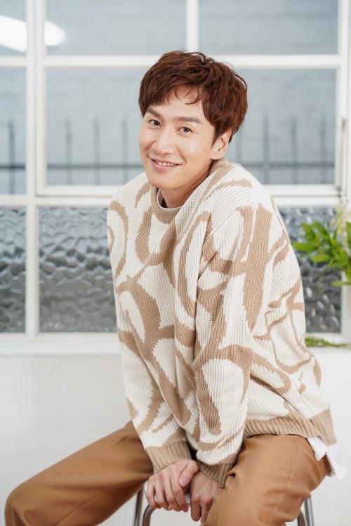Vị trí cuối cùng thuộc về Lee Kwang Soo. Dù bị dìm tơi tả trong Running Man, Lee Kwang Soo vẫn được gọi là Hoàng tử châu Á với lượng fan khủng. Một trong những lý do đó chính là anh có tính cách đáng yêu, ấm áp, luôn biết quan tâm đến mọi người dù là chi tiết nhỏ nhất.