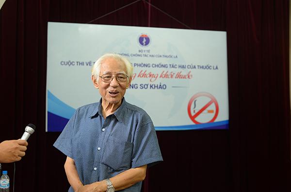 Hoạ sĩ Trần Khánh Chương phát biểu tại vòng chấm thi.