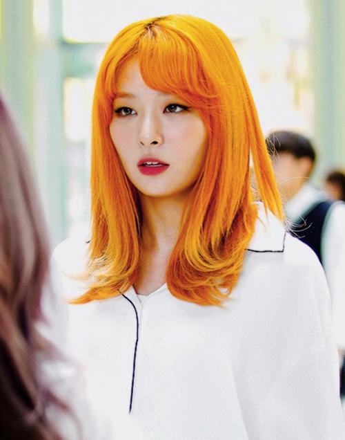 Sẽ thật thiếu sót nếu không nhắc đến Seulgi bởi thành viên nhóm Red Velvet chiếm trọn cảm tình từ người hâm mộ khi diện tóc cam ánh vàng đẹp xuất sắc.
