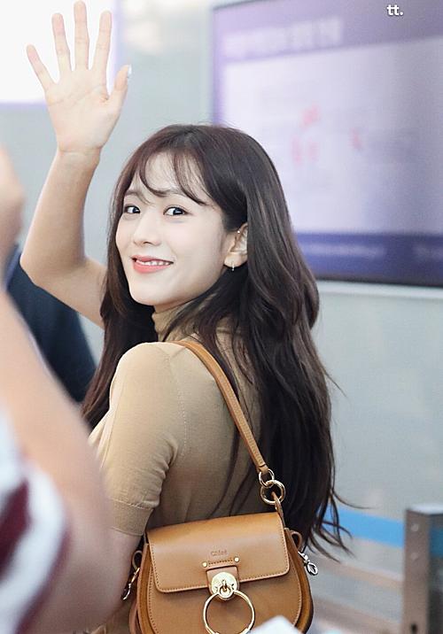 Mỗi khung hình của Ji Soo ở sân bay được ví như ảnh tạp chí vì vẻ đẹp lung linh tỏa sáng.