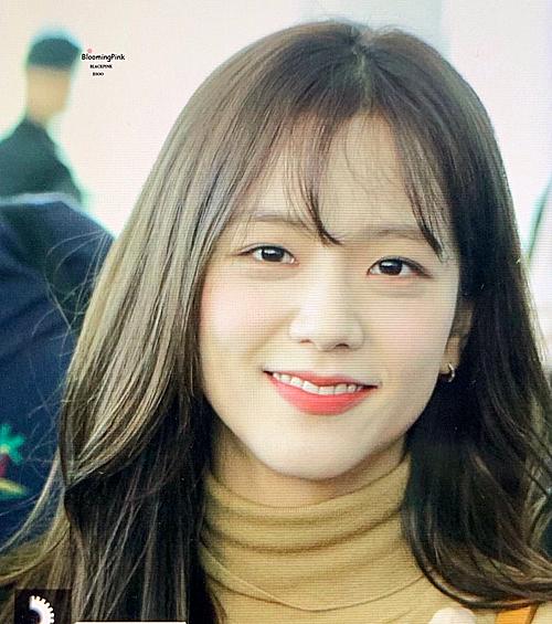 Chị cả Black Pink có gương mặt xinh đẹp vượt trội. Kiểu tóc mái thưa tôn thêmnhan sắc dịu dàng, nữ tính của Ji Soo.