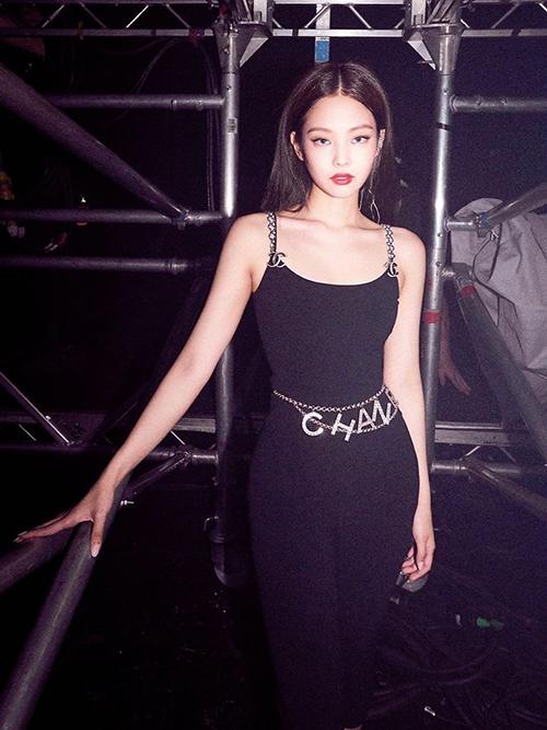 Tuy nhiên cách mix đồ của Ngọc Trinh bị nhiều người nghi ngờ có sự học hỏi từ Jennie. Nữ idol Hàn cũng từng mặc set đồ áo hai dây, quần thun đen bó sát kết hợp dây lưng Chanel nổi bật giống hệt Ngọc Trinh.