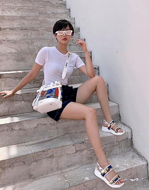 Khánh Linh The Face chứng minh là fashionista hàng đầu Vbiz với trang phục chỉ gồm áo phông trắng, quần shorts đen nhưng vẫn rất sang chảnh.