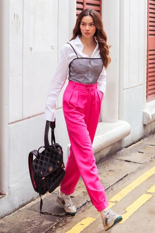 Hà Hồ mix cả cây Gucci phá cách dạo phố Singapore. Nữ ca sĩ chứng minh khả năng chinh phục mọi kiểu mix như áo lưới bên ngoài sơ mi đi kèm quần hồng chói lọi.