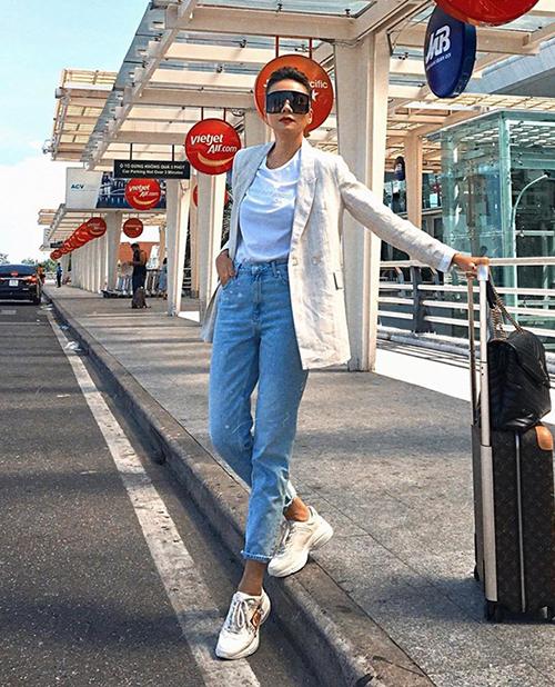 Thanh Hằng trung thành với phong cách menswear khi ra sân bay. Set quần jeans, blazer được nhấn nhá bằng đôi sneakers Gucci giá gần 30 triệu đồng.