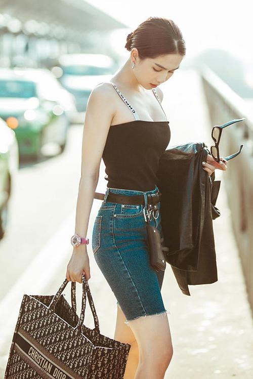 Trang phục bó sát tôn dáng được Ngọc Trinh thêm đẳng cấp bằng chiếc túi Dior cỡ đại, đồng hồ Hublot giá 1,5 tỷ đồng.