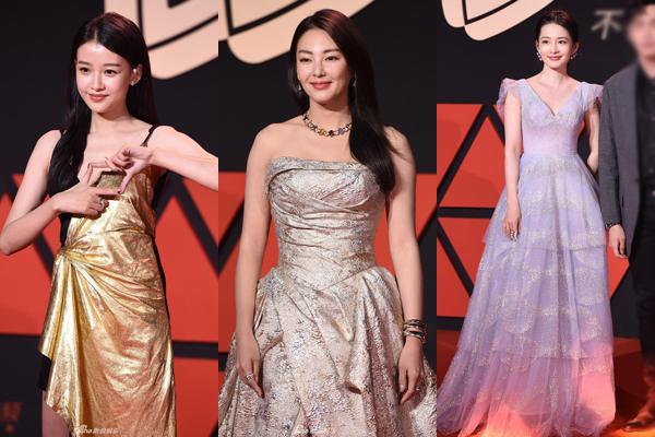 Trang phục của Rocket Girls bị chê không cùng đẳng cấp và không phù hợp sự kiện khi so sánh với các đồng nghiệp nữ khác. Trong hình là Tôn Di (trái), Trương Vũ Kỳ (giữa) và Lý Thấm.