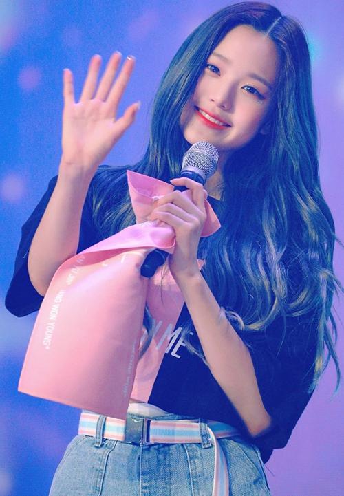 Trong đêm nhạc tổ chức tại Seoul, Jang Won Young đã thu hút sự chú ý của đông đảo công chúng. Diện áo croptop và quần short jeans, nữ idol 15 tuổi khoe khéo vóc dáng chuẩn đến mức khó tin, đặc biệt là đôi chân tỷ lệ vàng, thẳng dài tăm tắp.