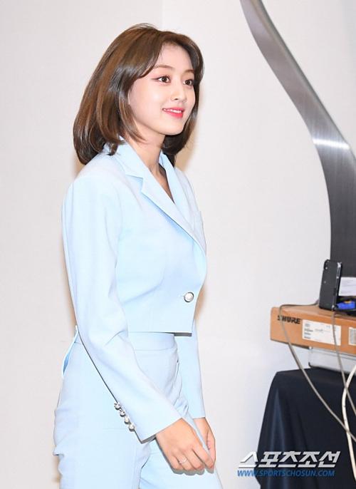 Tzuyu khoe khoe nhan sắc rạng rỡ, nổi bật trong đội hình Twice tại sự kiện - 1