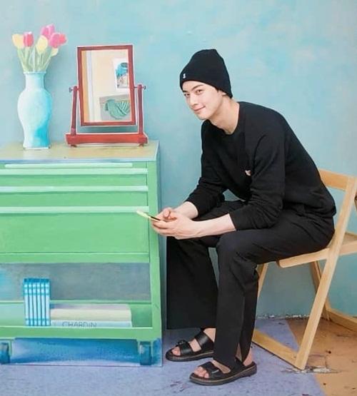 Cha Eun Woo mặc toàn đồ đen, phong cách giản dị đi chơi.
