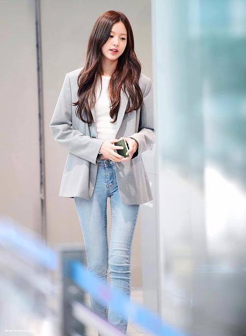 Trước đó, center xinh đẹp của IZONE cũng phô triệt để dáng người mảnh mai khi diện quần jeans ôm sát.